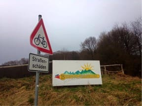 SO EIN PECH: Veiskader i sykkelfeltet skiltes i Tyskland. I Norge er de vel mer regelen .