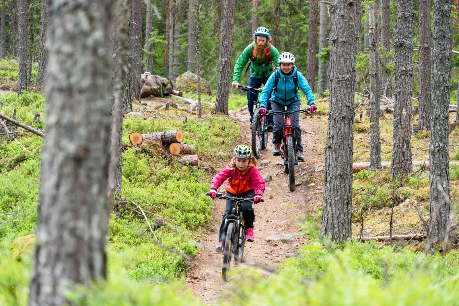 EFFEKTIVT: Sykkelekspert Aslak Mørstad holdt kurs i terrengsykling for mor Irene og datter Live i Trysil. Bilde: Christian Nerdrum