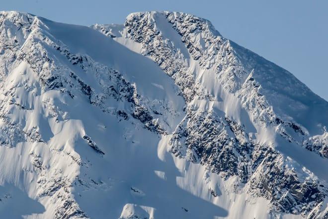 IMPONERENDE: Pannebandet (den øverste skrårampa oppe til høyre) på Sovende Dronning er litt av ei linje. Foto: Jan Arne Pettersen