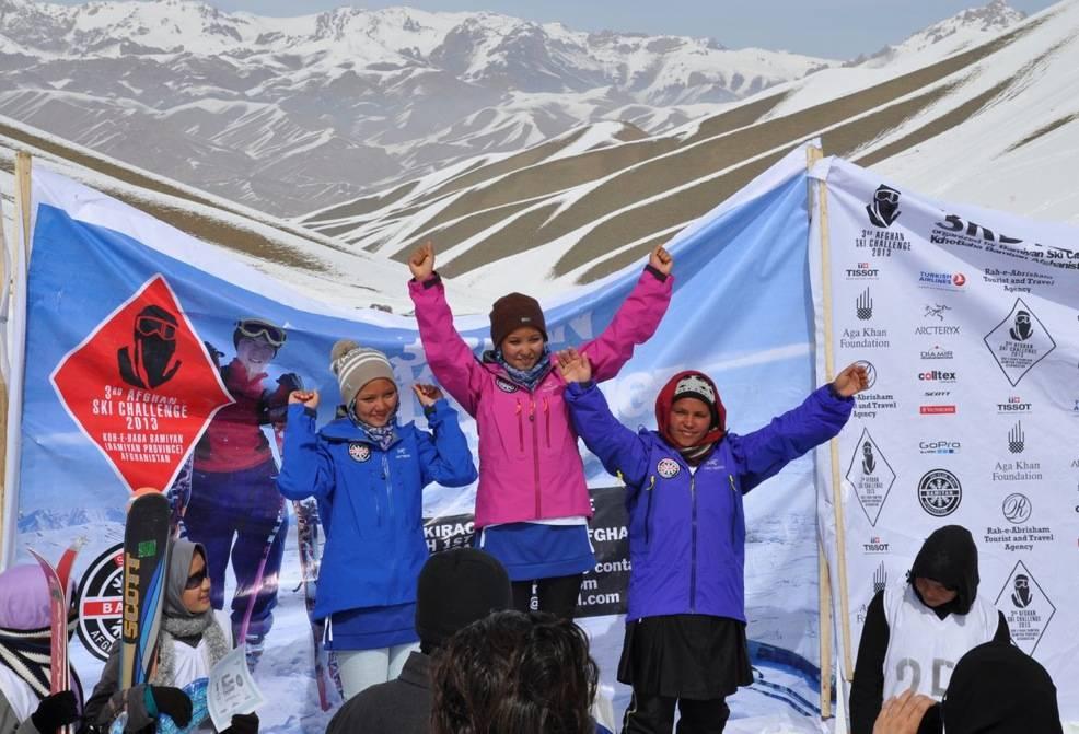 Historiske jenter etter tidenes første skiløp for jentene i Bamiyan. Foto: Mads Drange
