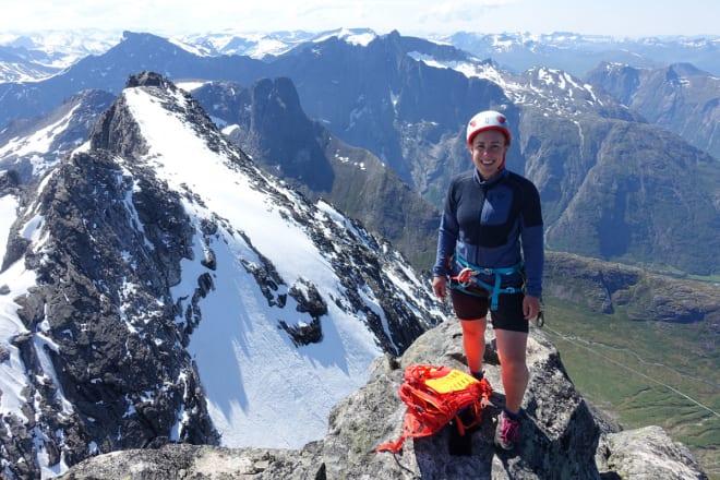 ØVERST: Ingvild på toppen med Romsdalshorn og Trolltindene bak. Foto: Tore Meirik