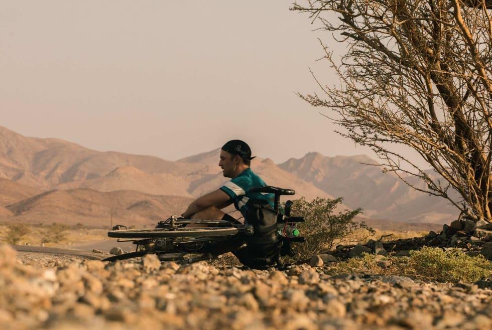 PAUSE I SKYGGEN: I sterk kontrast til frosne tær og antydning til neglsprett før avreise i Norge, er temperaturen i Oman midtvinters mellom 20-30 varmegrader.