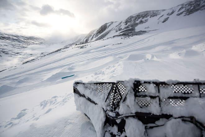 PARK: En drøss rails og hopp er på plass på Stryn sommerskisenter. Sånn ser ett av hoppene ut omtrent akkurat nå. Foto: Emil Eriksson