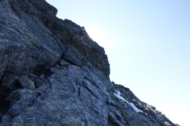 NED: Noen gikk ned her. Vi syns det var best med tau. Foto: Tore Meirik