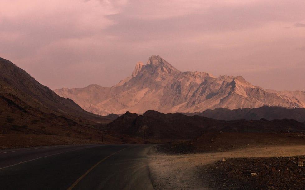 STORE FJELL: Første gløtt av sol, og alle forutintatte illusjoner om et flatt ørkenlandskap knuses.