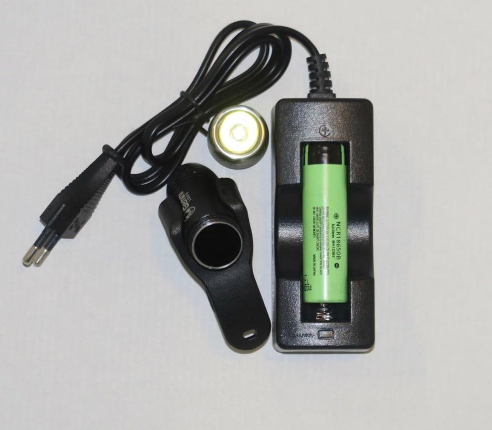 LADING: Du må ta ut batteriet og bruke den medfølgende laderen for å lade Gemini-lykta.