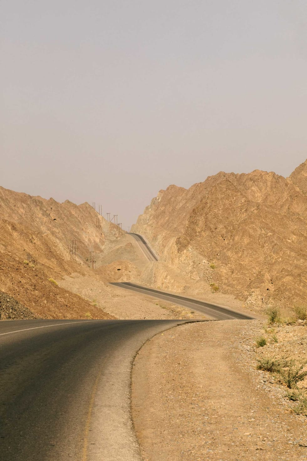 LOGISK KUPERT: I det porøse sandsteinslandskapet finnes svært få tunneller. Til gjengjeld er asfalten perfekt over kulene.