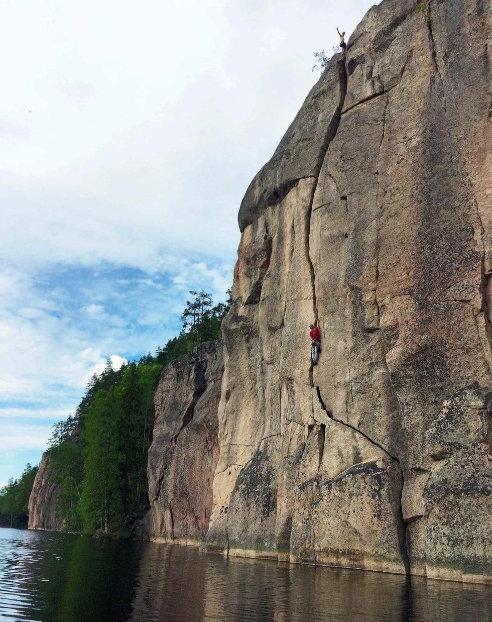 TRYGGEST PÅ TOPPTAU: Ukjent klatrer svinger offwith-jammen på Eklipsi (6c). Foto: Line Tveter