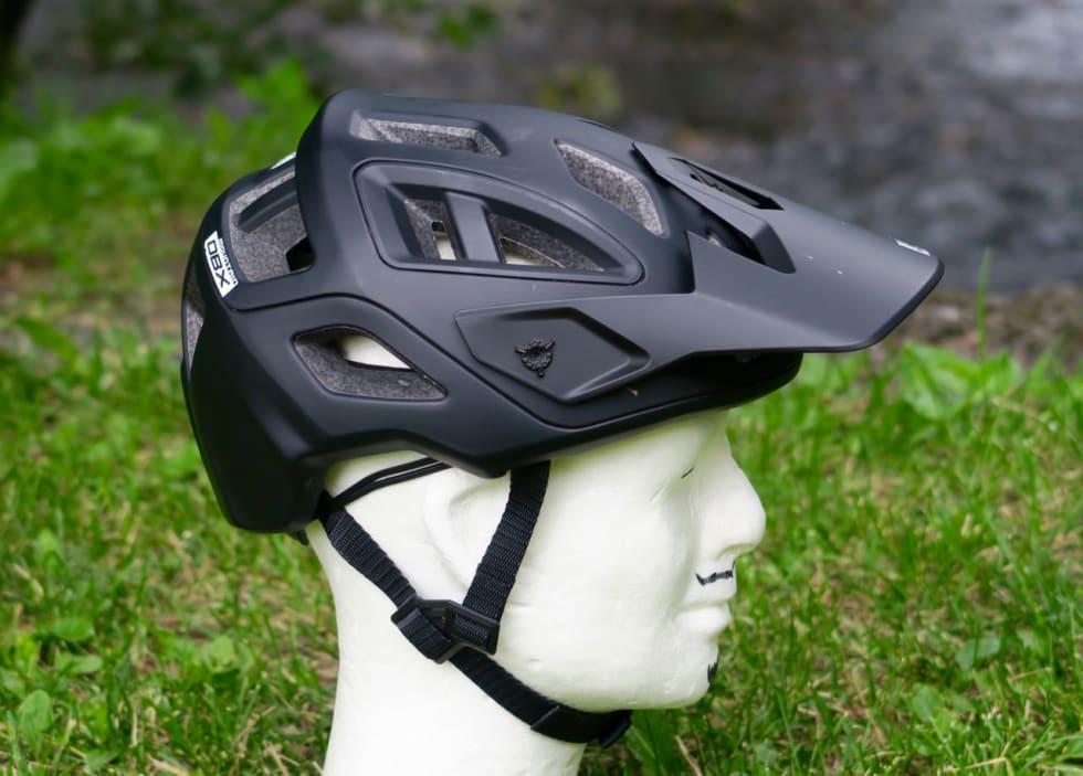 LUFTIG: Leatt DBX har 18 store luftehull og godt med kanaler inne i hjelmen.