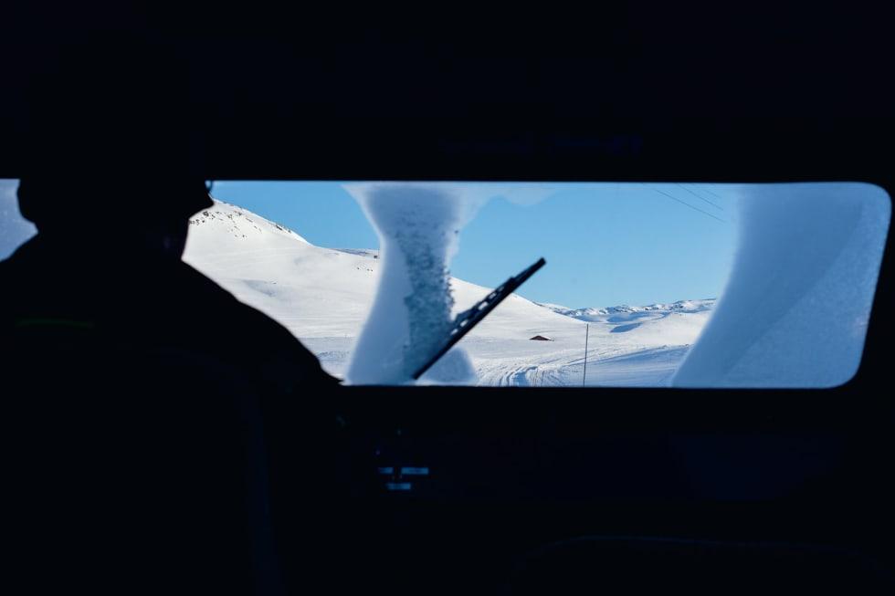 SPACE WAGON: Farkostane til Jotunheimen og Valdresruten Bilselskap er utstyrte med amerikanske V8-motorar som tar deg snøgt gjennom hyperspace. Han her køyrer solo. Foto: Anki Grøthe