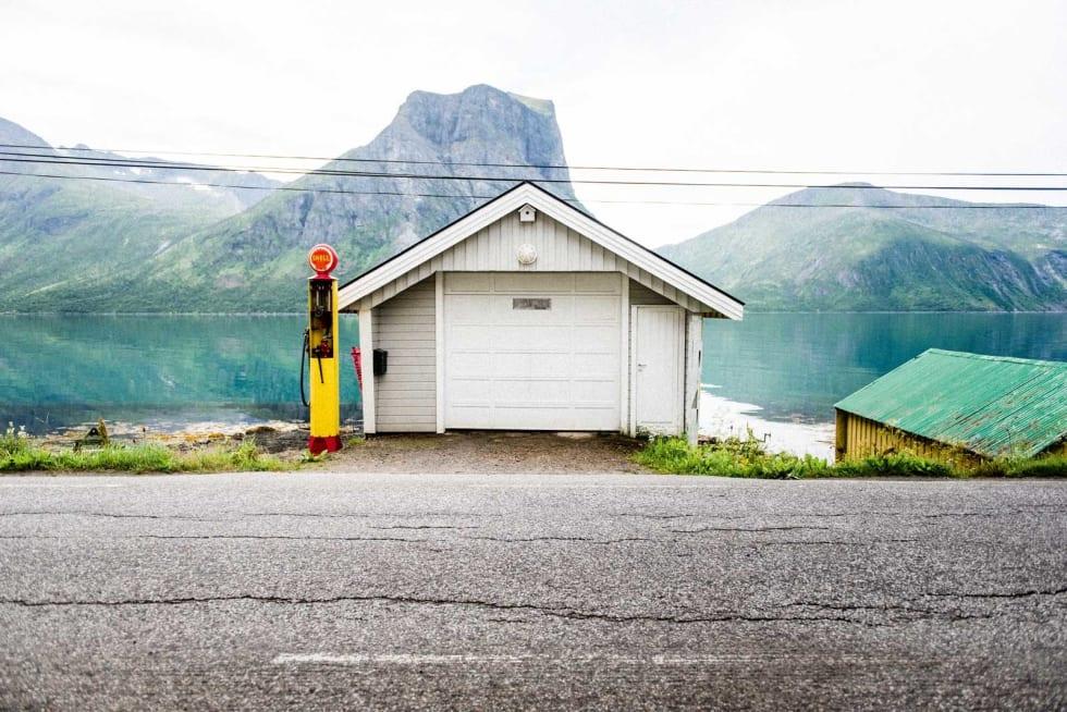 EKSTRASERVICE: En gammel bensinpumpe tjenestegjør som pynt foran Finnkona og en garasje.