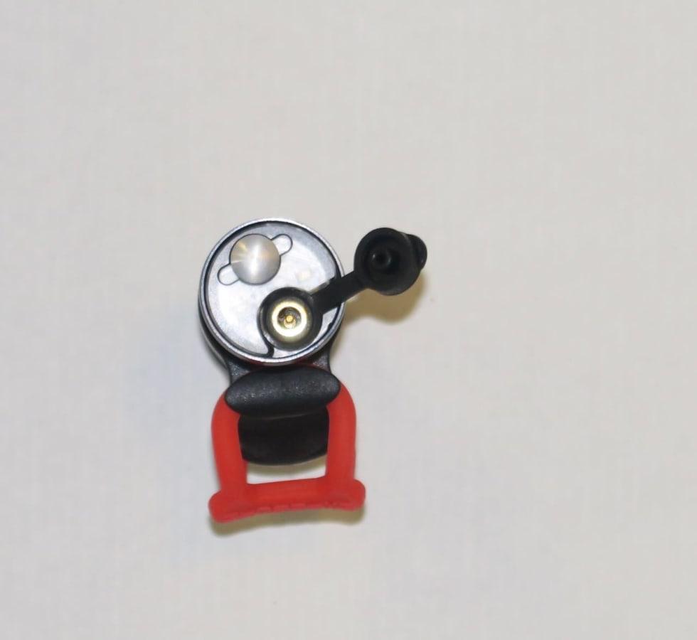EGEN PLUGG: Du kan lade sykkelen fra USB-porten, men du må bruke Exposure sin kabel.