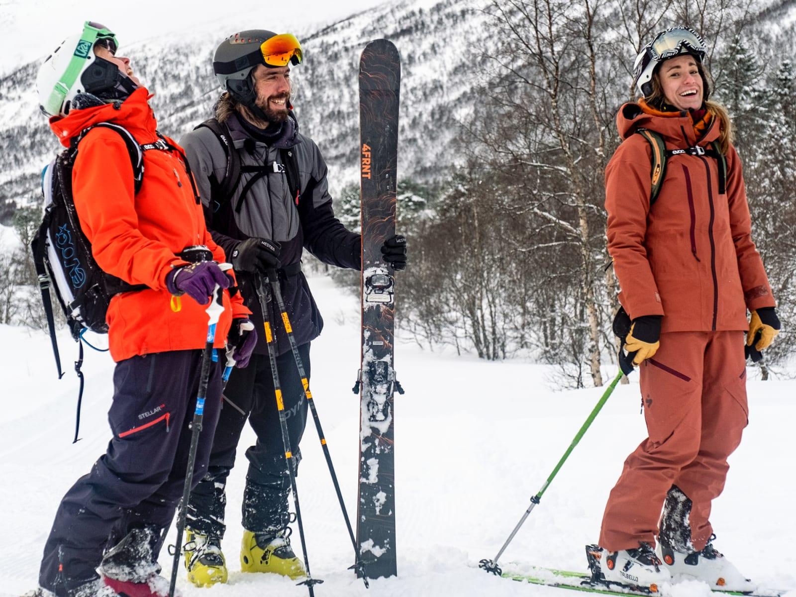STRANDASØSTRE: Eirik Finseth fant førsteklasses snø på Strandafjellet med søstrene Kristina og Anne May (Slinning). Bilde: Bård Gundersen
