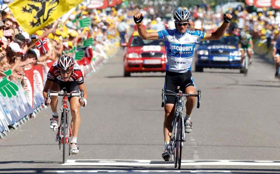 INGEN SIGAR: Et bort i mot perfekt timet angrep holdt ikke til etappeseier for Kurt Asle Arvesen. Den da regjerende Giro d'Italia-vinneren Paolo Savoldelli snøt nordmannen for en etappeseier så og si på mållinjen. Foto: Cor Vos