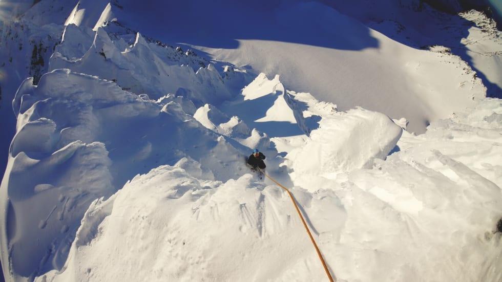 MANGLENDE SKIFØRE: Utsikt fra standplass på toppen. Andreas dalen følger. Det skulle vise seg at all snøen på hele Sunnmøre var steinhard denne helgen, bortsett fra akkurat i klatreruten.