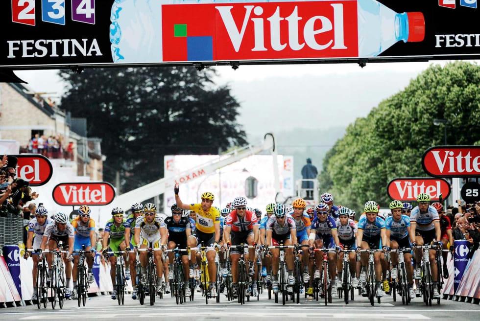 SVEITSISK KOMMISÆR: Fabian Cancellara langer ut mot Maxime Bouet som forsøker å spurte på etappen til Spa. Fabian fikk det som han ville, mens Hushovd mistet muligheten til etappeseier. Foto: Cor Vos