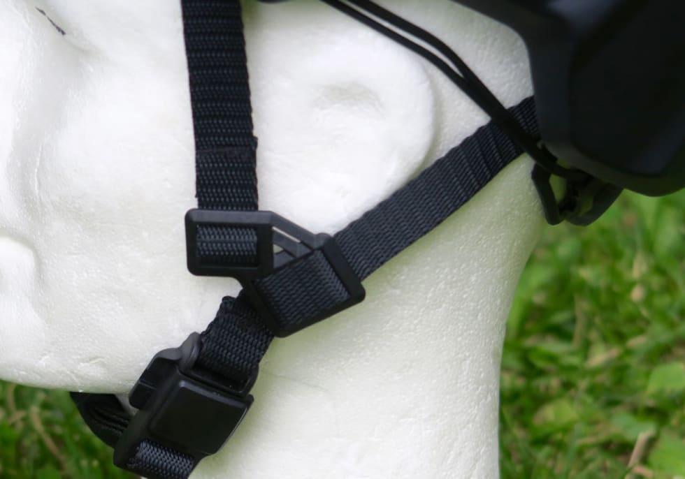 I STROPPEN: Hake- og øre-stroppene har unike løsninger for festing og stramming. Ørejusteringen fungerer bra, magnetklipsen er litt stor.