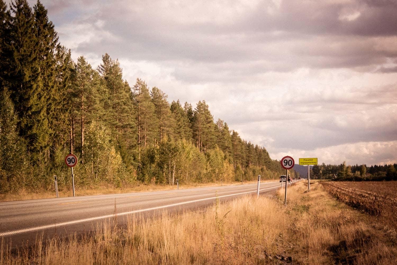 SJELDEN VARE: Det er ikke mange steder i landet du finner doble 90-skilter, men det finnes. Vinner du spurten her får du likevel bare to poeng. Foto: Henrik Alpers