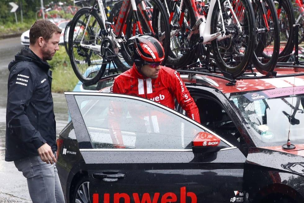 GJØR COMEBACK: Her står Tom Dumoulin av Giroen etter en velt, nå gjør han comeback i Critérium du Dauphiné i jakt på Tour-formen. Foto: Cor Vos.