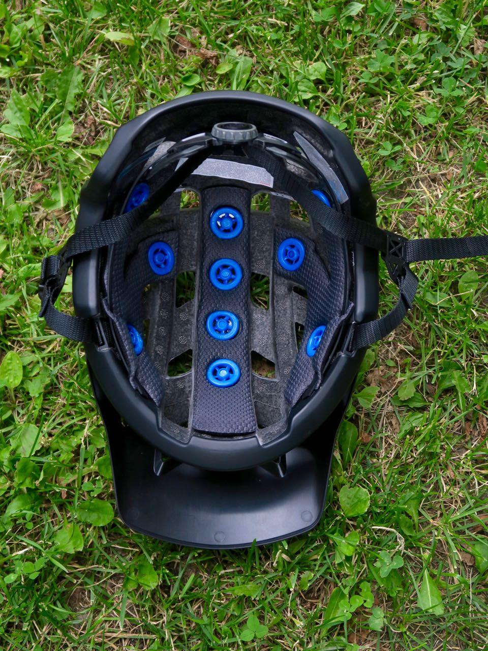 INNMAT: Bakhodestrammeren griper godt mot hodet og er myk og god. Høydejusteringen er minimal.