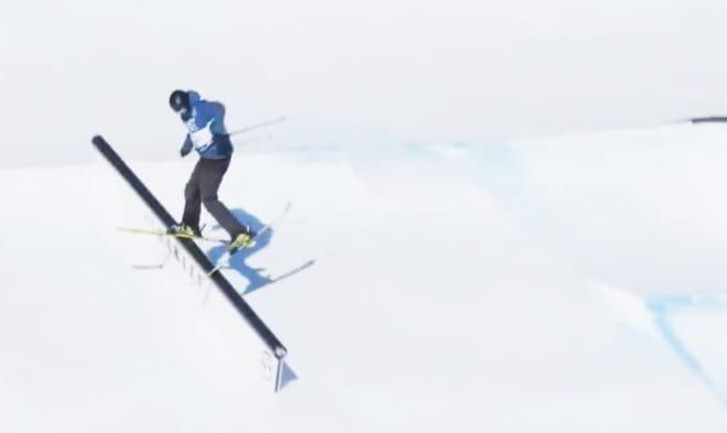VERDENS TREDJE BESTE JUNIOR: Her er Ulrik Samnøy i ferd med å sikre seg tredjeplassen i Junior-VM i slopestyle i Kläppen tirsdag. Foto: FIS