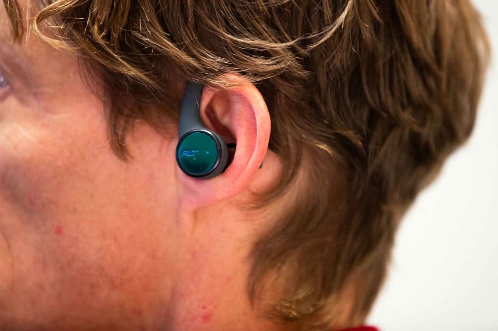 MED BØYLE: Plantronics' øreplugger er de eneste i testen med bøyler over ørene.