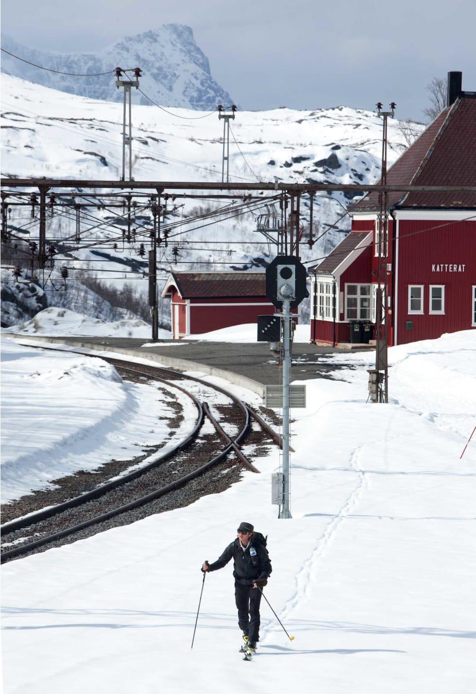 Lars Thulin forlater Katterat jernbanestasjon på tur mot Hunddalshyttene. Rombakstøtta vises i bakgrunnen. Foto: Nicklas Blom / Toppturer rundt Narvik.