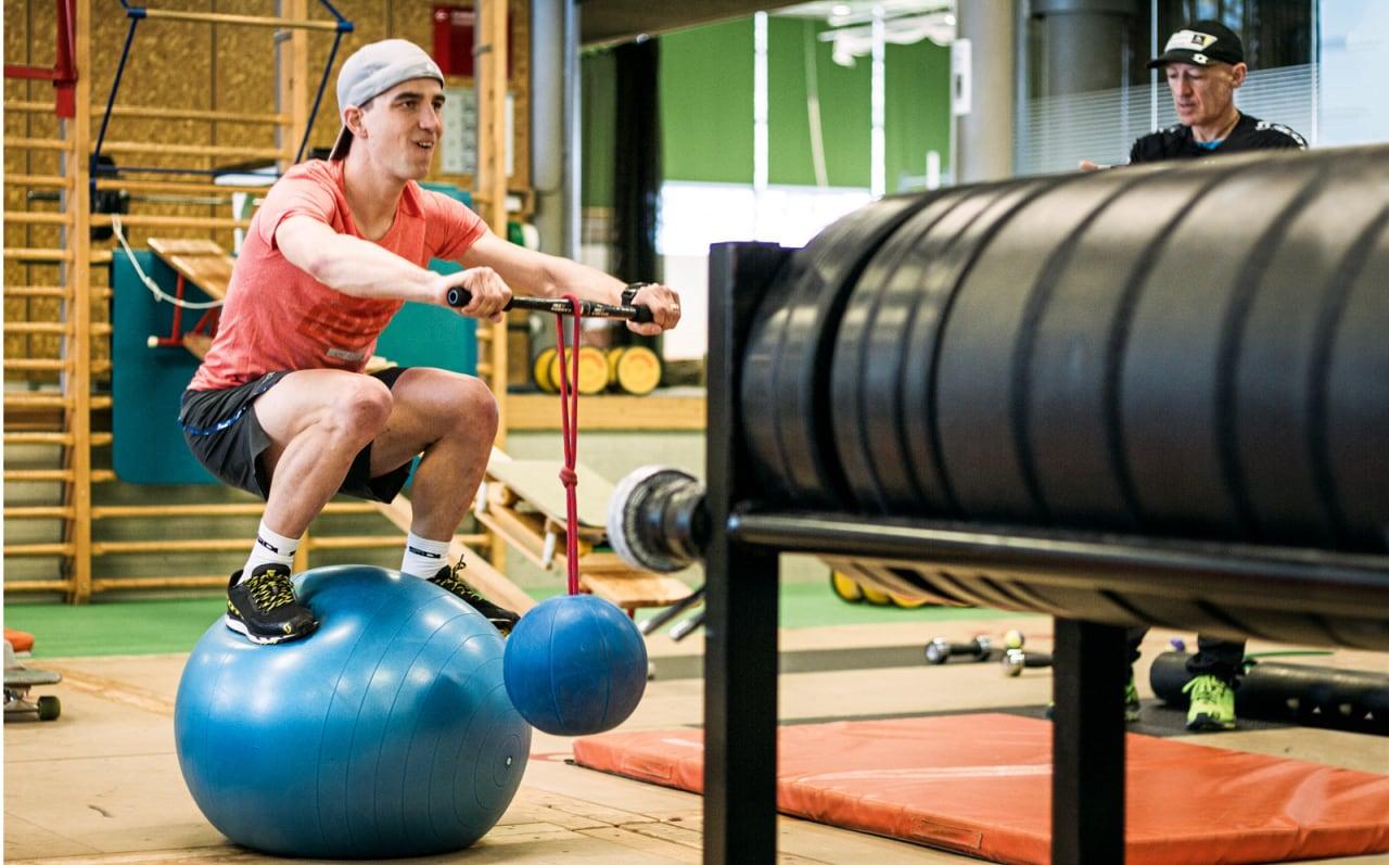 KNEBØY PÅ BALL: Schurters trening handler mye om balanse og sykkelsimulering.