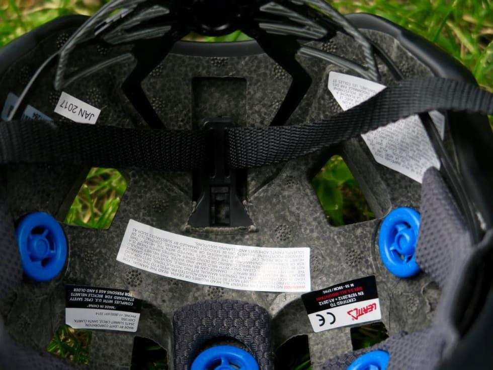 GODT POLSTRET: Putene i DBX-hjelmen er tjukke og myke og ligger godt mot panne og tinning.