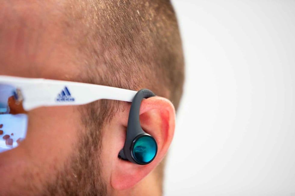MED BRILLER: Enten du bruker briller eller solbriller vil du oppleve at ørebøylene fort kommer i konflikt med brillestengene.