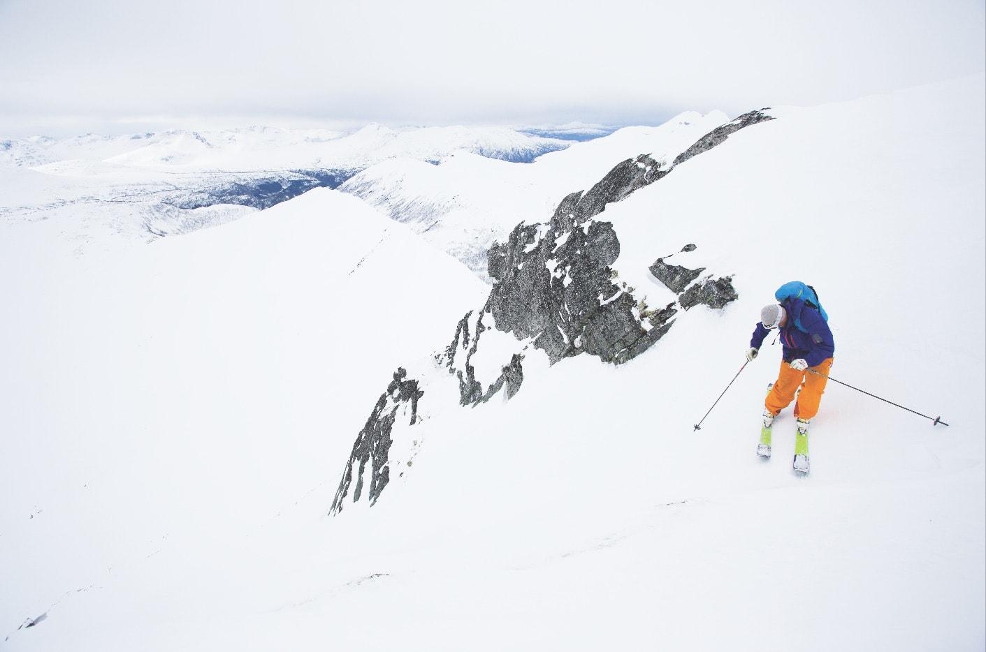TRYKK PÅ YTTERSKI: Når det er veldig bratt, veldig hardt og veldig lite sikt, da gjelder det å trykke skiene fast i snøen, slik Terje Storli gjør i toppen av topprenna på Tydalsnebba.