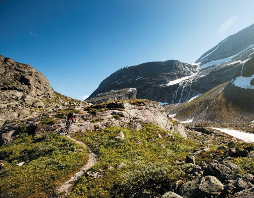 Breskue: Innerst i Erdalen møter du etterhvert Erdalsbreen, hvor du kan skue utover dramatisk landskap. Ved foten av breen er et greit vendepunkt. Sigleif M. Ravnestad tar fatt på første del nedover dalen igjen.