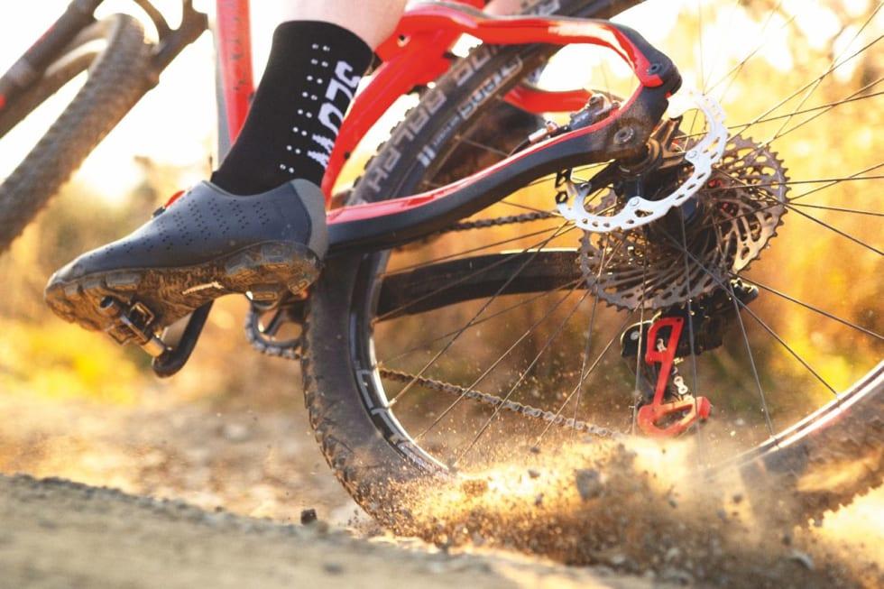 TIL DET MESTE: Såkalte XC-pedaler kan brukes til alt fra grusbanking til enduro-konkurranser, men øv på å komme ut hvis du er ny på klikkpedaler.