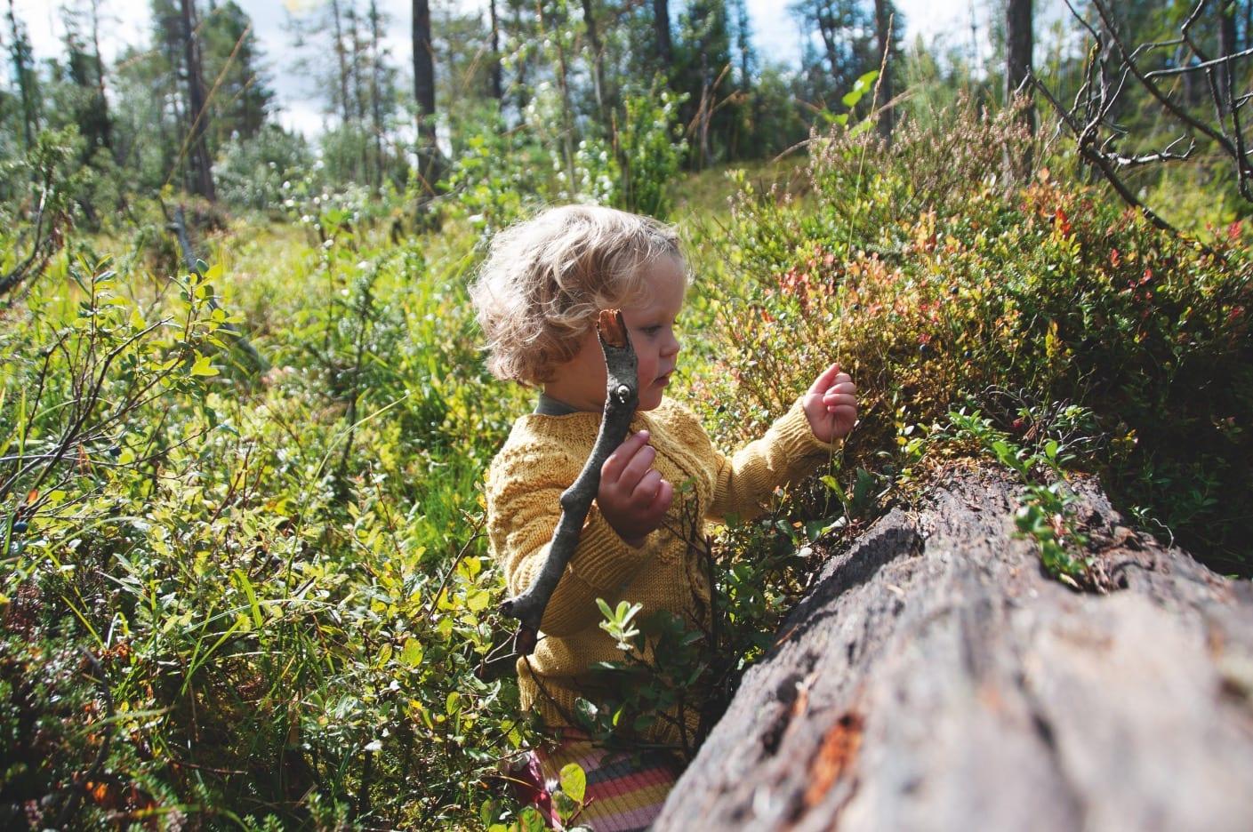 FISKING I VALDRES: Treåringen trenger verken fiskesnøre, fiskestang eller vann for å fiske. Foto: Gunhild Aaslie Soldal