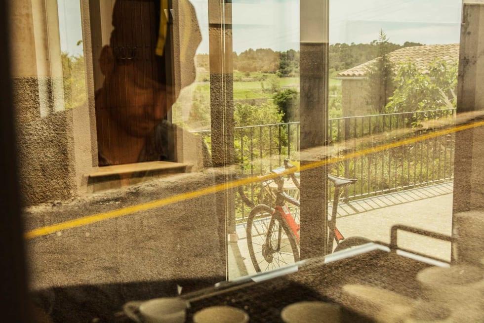 BARISTA: Jan Eric Schwarzer lager kaffe ved husets egen espressomaskin.