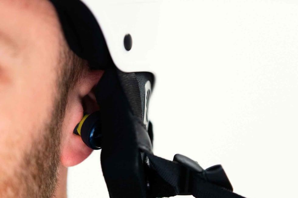 IKKE MED SKIHJELM: Bose-pluggene er de eneste i denne testen som ikke passer under en vanlig skihjelm.