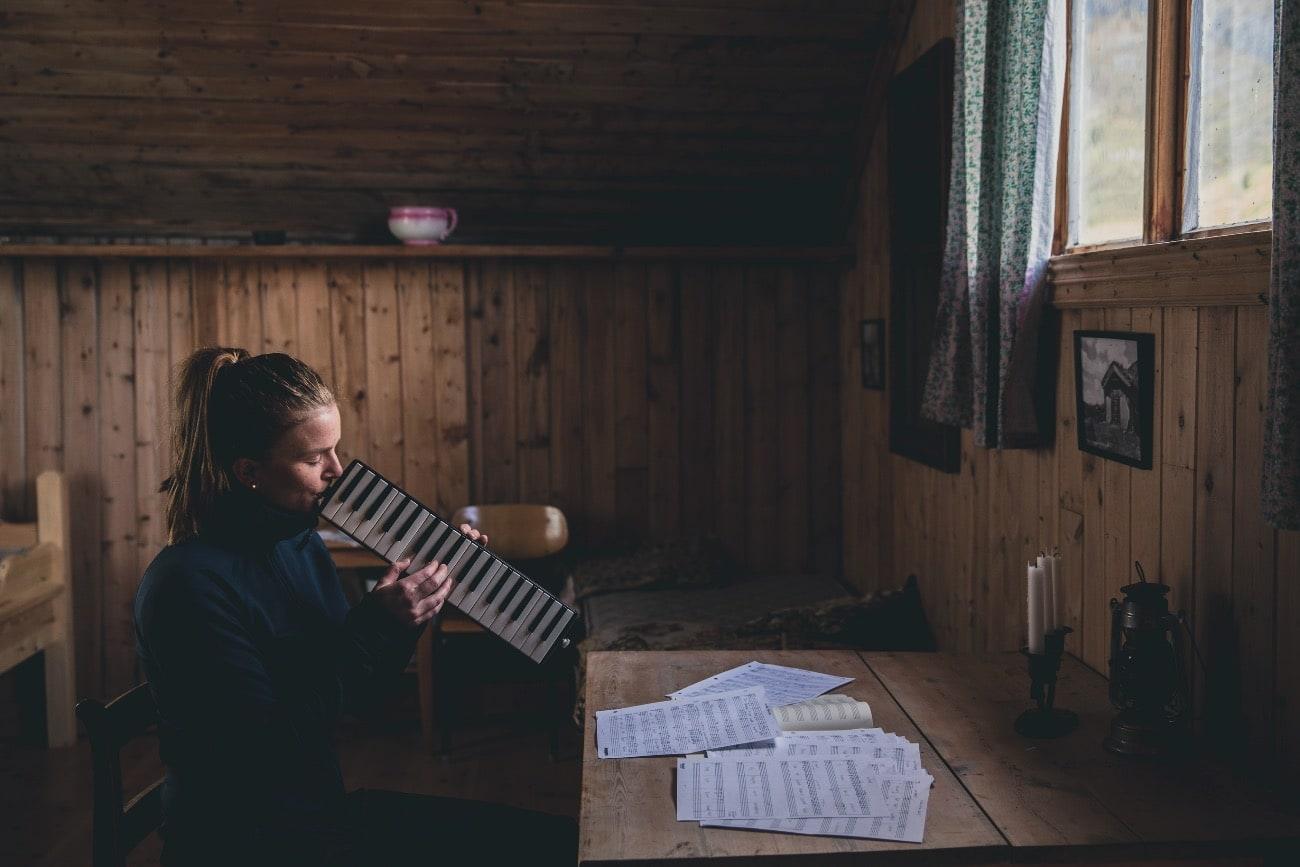 EN FINGER MED I SPILLET: – Jeg håper du kan høre en slags ærlighet og ydmykhet i musikken min, at jeg velger meg det som et kompass i livet, sier Maren Selvaag