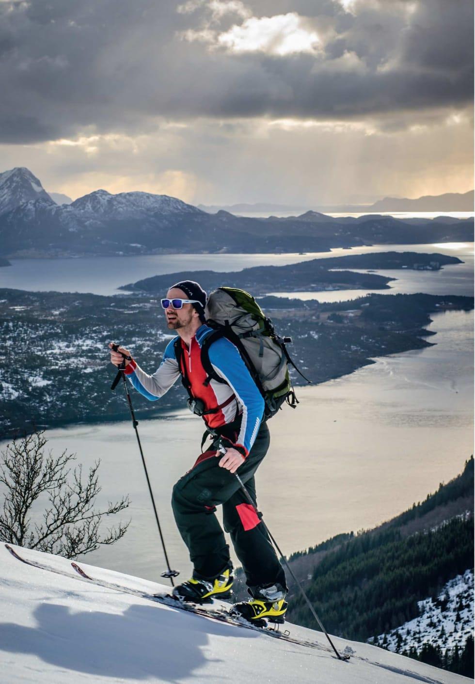 På vei opp mot Ronsfjellet. Foto: Ole Martin Krokstrand. / Trygge toppturer.
