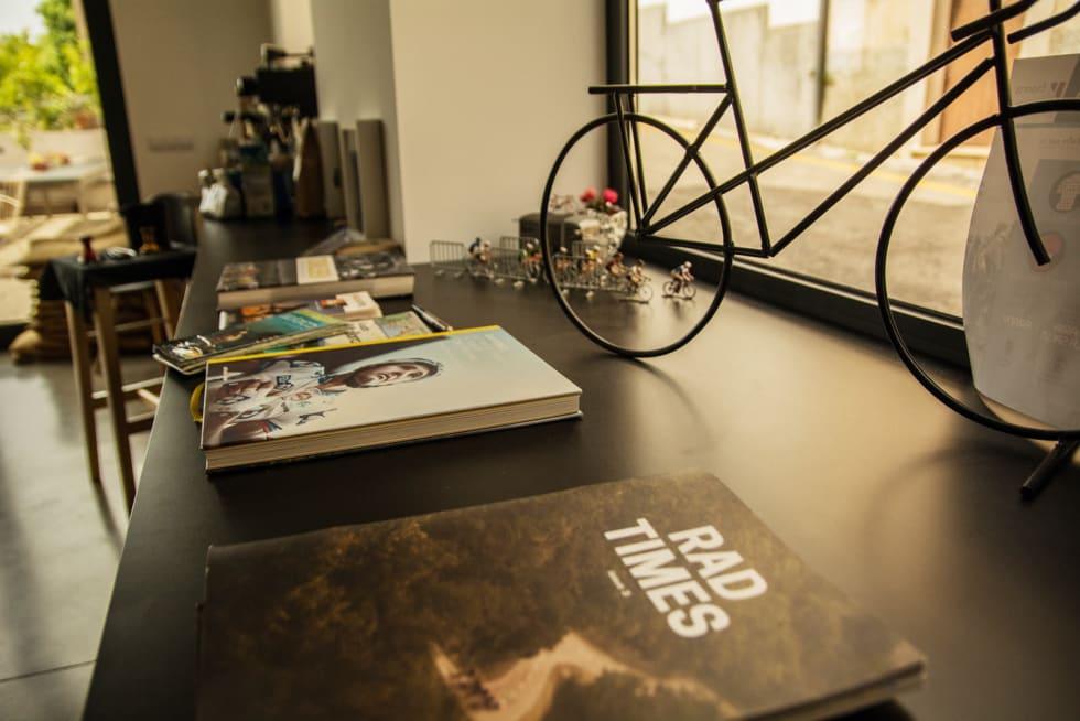 LITTERATUR: Det er nok av inspirasjon å hente for den neste sykkelturen fra husets sykkelbibliotek.