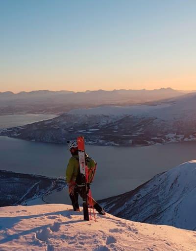Figur 2Drakten har også en til velplassert glidelås du ser i brukt på toppen av Gjømmertind. Foto: Jørgen Haug Myhr