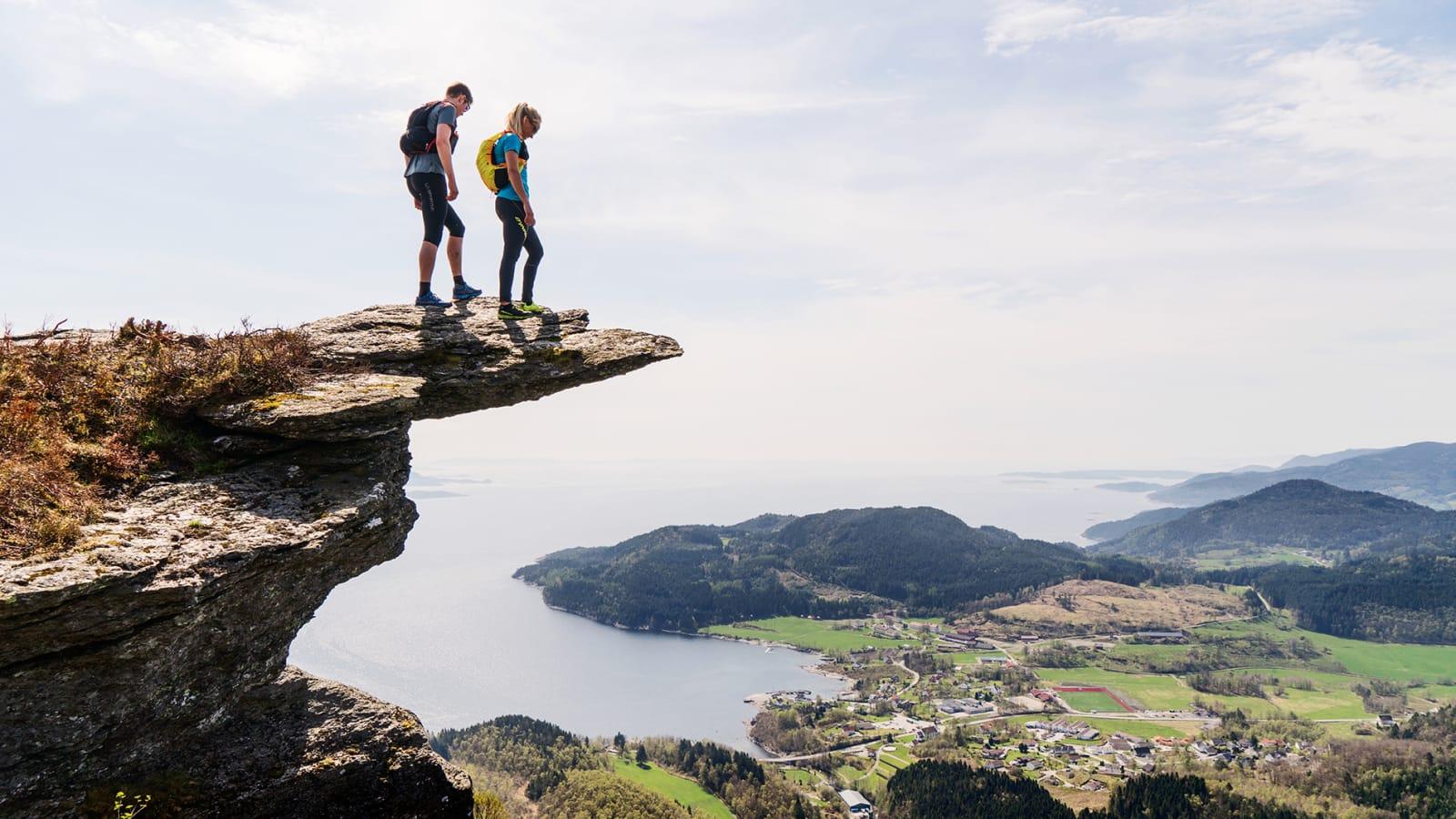 LETT-TJENT: I løpet av en halvtimes løpetur kan du stå på tippen av Himakånå og nyte en fantastisk utsikt med Nedstrandsfjorden og havet like bak. Bilde: Magnus Roaldset Furset