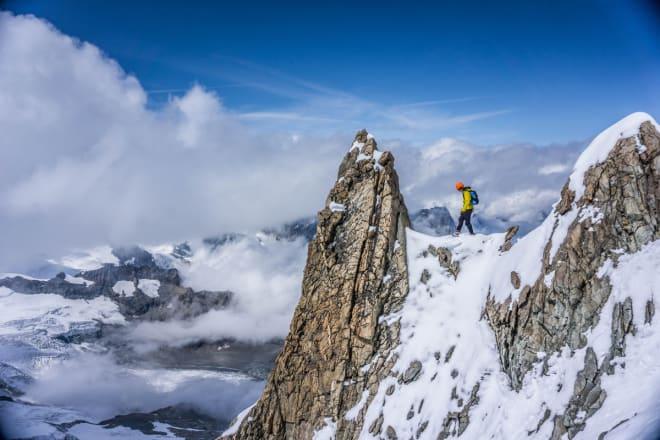 VANTE OMGIVELSER: Kilian på Dent Blanche i Chamonix. Bilde: Sébastien Montaz Rosset