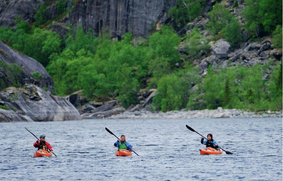 FORNØYDE: Etter endelig å ha padlet helt fra fjordens ytterstrøk var det flott å nå fram til det sagnomsuste Lakselvvatnet.