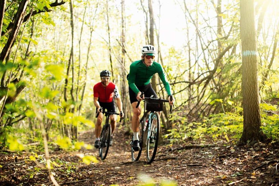 OGSÅ PÅ STI: På fine barnål- og skogbunnstier kan du også bruke grussykkelen.