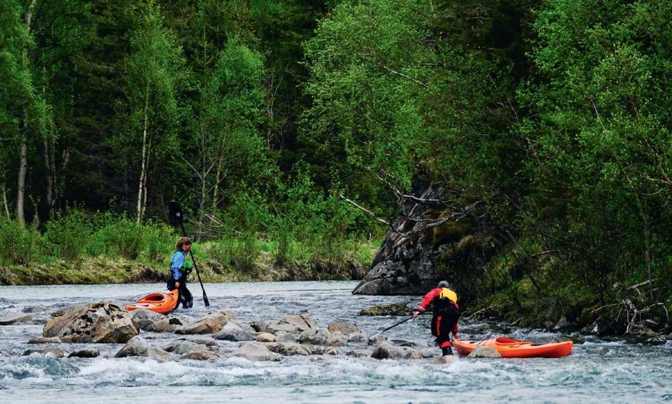 OPPOVER: Kun et sted måtte vi ut og vade for å padle fra Lakselvvatnet til fossen som ligger to kilometer lengre opp.