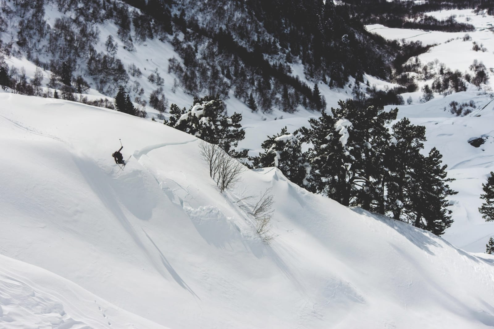 SNØPROBLEMATIKKEN: Ned frå Himmelberget gjorde ikkje snøen det enkelt for oss; store svingingar i temperaturen hadde skapt svake lag i snødekket som stadig truga med å breiste.