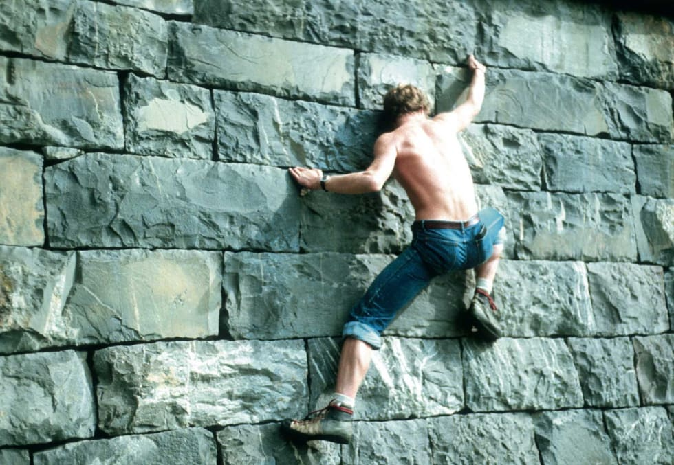 Inne/ute: Øvre Mesna bru – klatring på steinmur var forløperen til innendørsveggene. Foto: Fredborgs samling