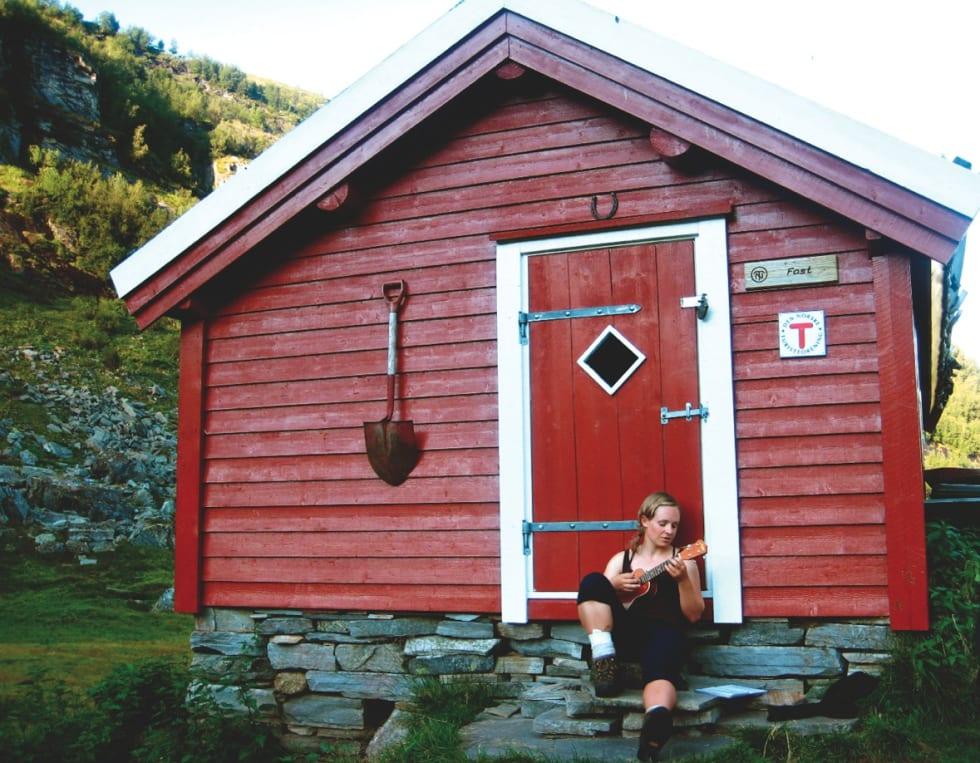 UKULELELIV: I teltet, eller på en gudsforlatt hytte, kan du synge de tre sangene du kan om igjen og om igjen, uten at noen andre tar skade av det. Foto: Stine Wike