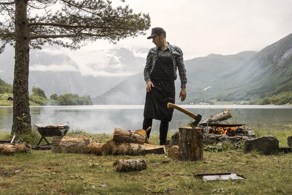 EVENTYRER: Henrik Orre serverer eventyrlig mat i skogen. Han er vår mesterkokk hele helgen. Foto: Patrik Engström.