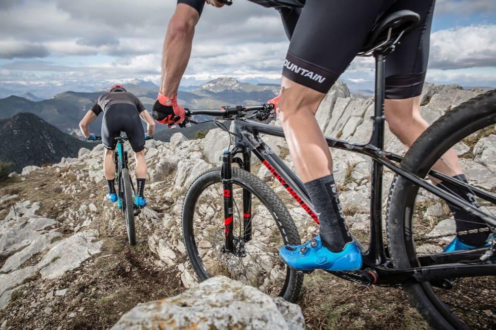 I SPANSKE HØYFJELL: Rocky Mountain valgte seg Katalonia og fjellene over Girona som bakgrunn for pressebildene av nye Vertex. Her i C70-utgave i helsvart. Foto: Dennis Stratmann/Rocky Mountain